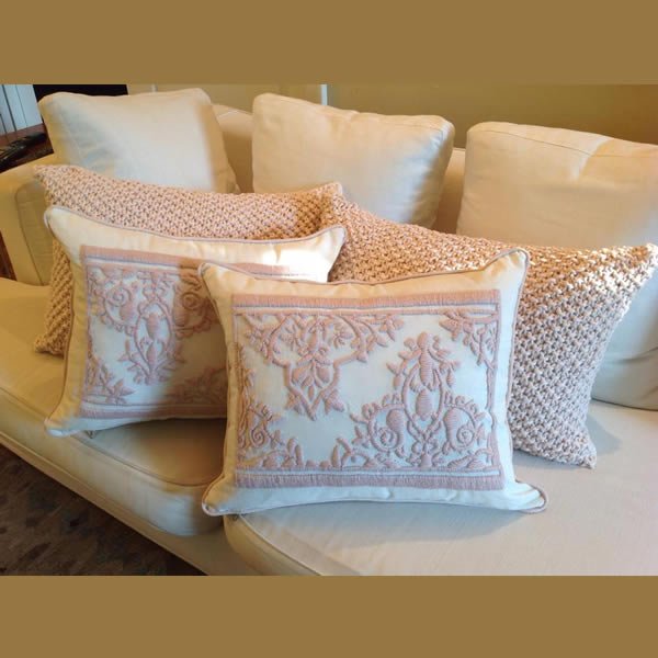 Almohadón bordado rosado